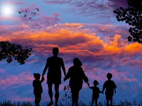 familia numerosa con tres hijos paseando